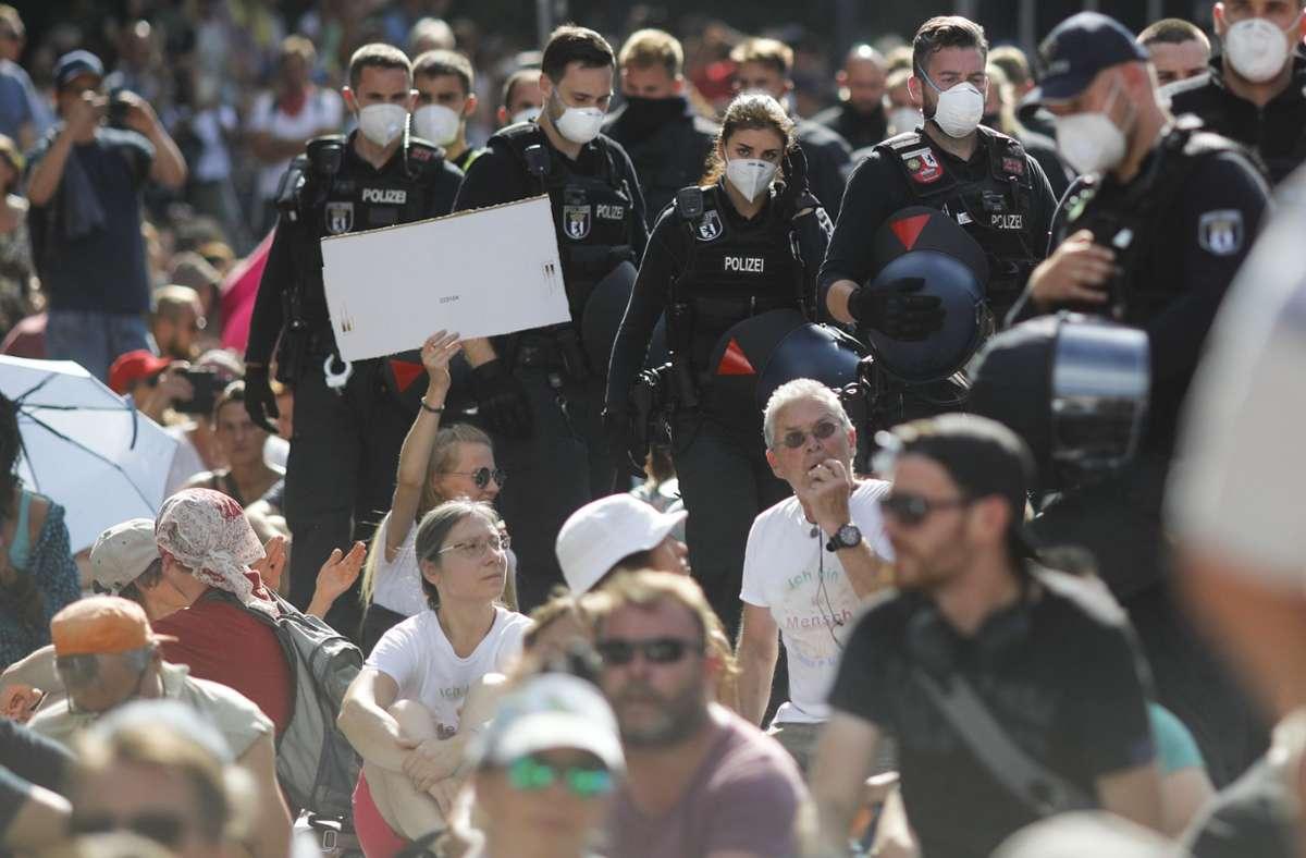 Zahlreiche Menschen demonstrierten am Samstag in Berlin gegen die Corona-Auflagen. Foto: AP/Markus Schreiber
