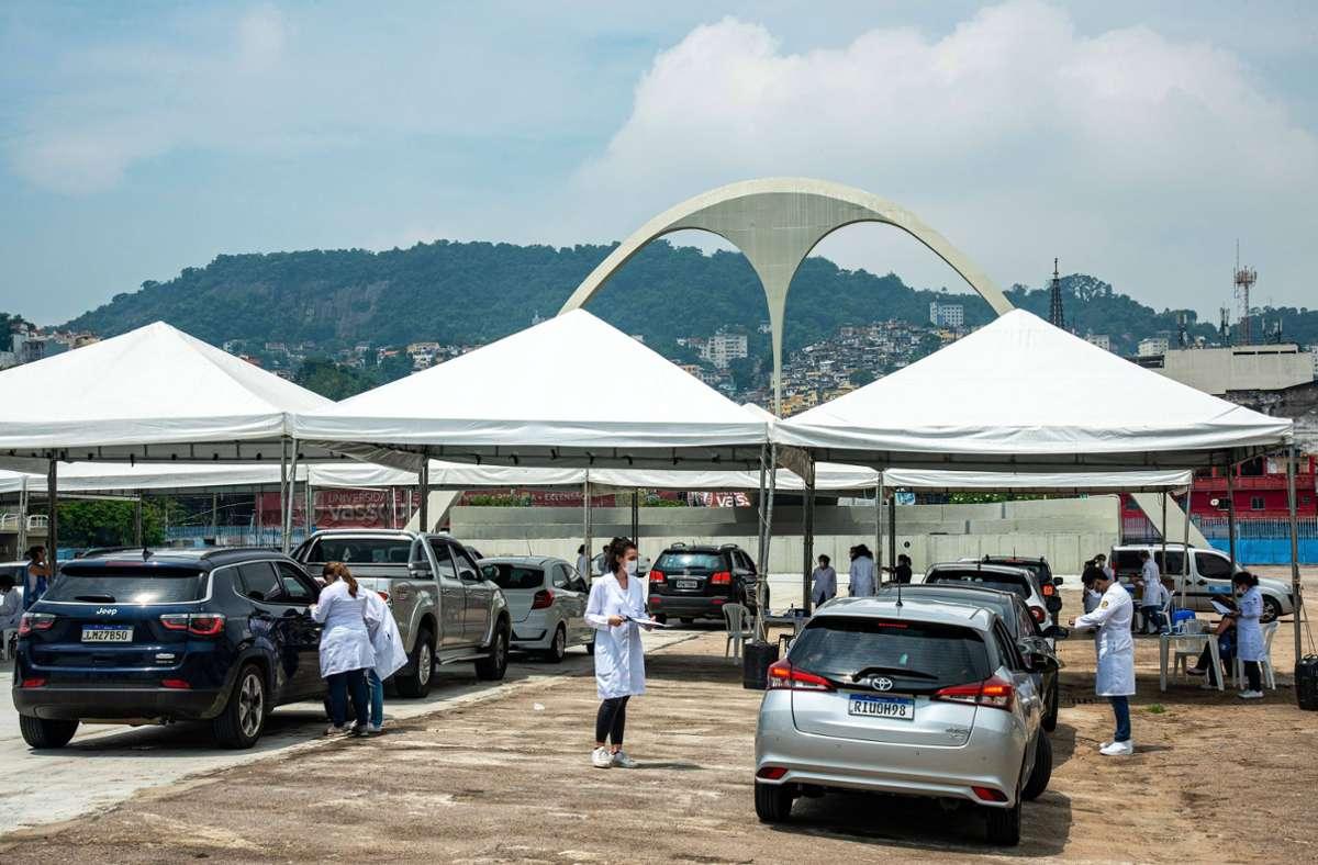 """Eine Impfstraße in Rio de Janeiro: Sogenannte """"Drive-by""""-Impfungen sind in Brasilien beliebt, aber auch riskant. Foto: imago//Chico Ferreira"""