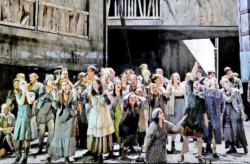 Im  Wohnblock  aus der  Breschnew-Zeit entfaltet sich in Salzburg das Drama. Foto: Festspiele/Thomas Aurin