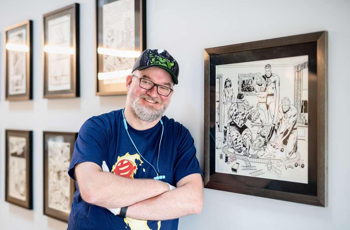 """Michael Kompa, der Kurator der Ausstellung, vor einer  Originalzeichnung der """"Fantastic Four"""" von Bill Sienkiewicz. Foto: dpa/Matthias Balk"""