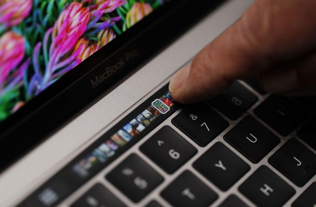 Im neuen MacBook Pro wird die Reihe der Funktionstasten durch eine schmale Touchscreen-Leiste ersetzt. Foto: Getty