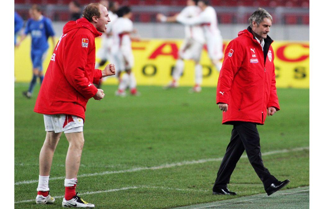 Ey Trainer, was ist los? Linksverteidiger Ludovic Magnin und der Coach Armin Veh – lustige Zeiten, in der Saison 2007/08. Foto: Baumann