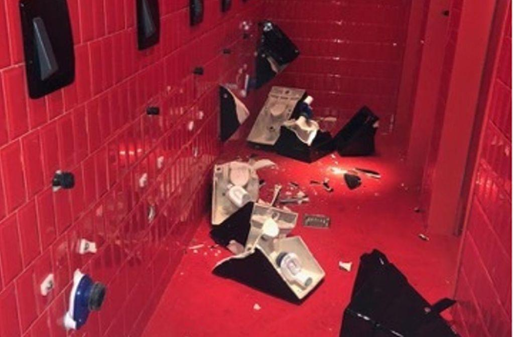 Ein Bild der Verwüstung: Unbekannte haben die neue Toilettenanlage im Club Billie Jean an der Lange Straße zerstört. Die Polizei ermittelt. Foto: StN