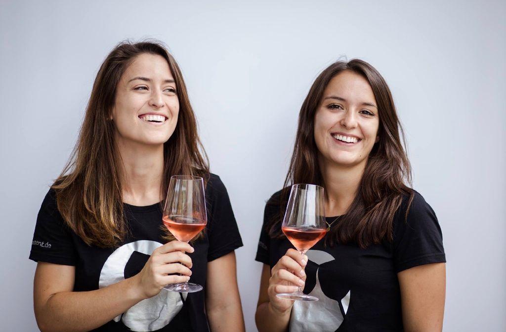 Freuen sich auf die Eröffnung ihres Stores Wein-Moment: Mona und Anna-Lisa Wenzler (von links). Foto: Wein-Moment