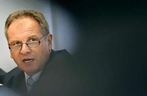 In der Defensive: Landesinnenminister Reinhold Gall (SPD)  bringt die Stellenausschreibung für die Polizeichefs in Erklärungsnöte. Foto: dpa