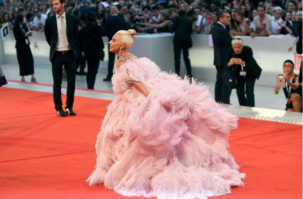 Lady Gaga posiert in einem rosa Federkleid für die Fotografen. Foto: dpa