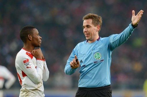 Der VfB-Torschütze Ibrahima Traoré lässt sich von Schiedsrichter Tobias Stieler den Weg weisen. Foto: dpa