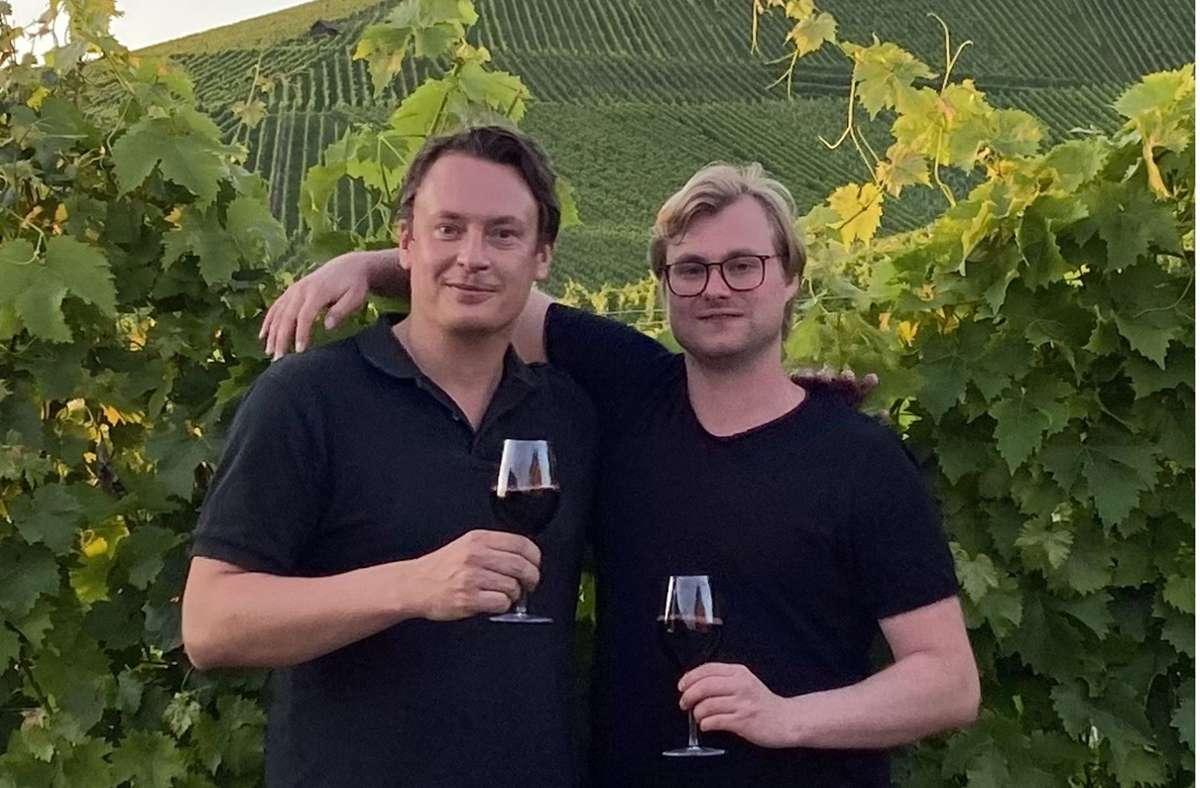 Der Cannabis-Unternehmer Finn Hänsel (links) bei der Weinprobe mit Jungwinzer Thomas Diehl in den Weinbergen von Rotenberg. Foto: ubo