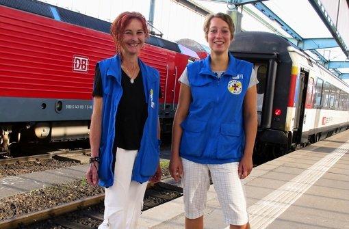 Heide Abendschein (l.) und Sarah Heinrich arbeiten seit Jahresbeginn bei der Bahnhofsmission. Durch die Verlegung des Querbahnhofs haben sie gut zu tun. Foto: Malte Klein