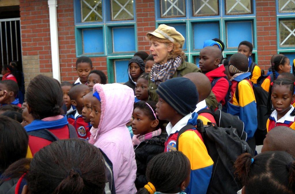 Sigrid Klausmann (Mitte) bei den Dreharbeiten in Khayelithsa, einem Township bei Kapstadt Foto: Schneegans Productions