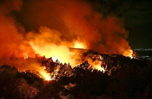 Tausende flüchten vor Feuer im Feriengebiet