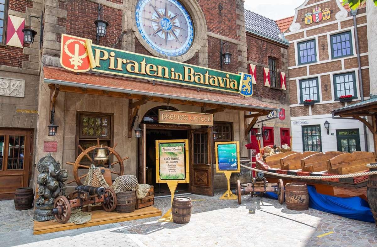 """Bereit für die Wiedereröffnung: Die vor zwei Jahren abgebrannte Europapark-Attraktion """"Piraten in Batavia"""". Foto: dpa/Philipp von Ditfurth"""