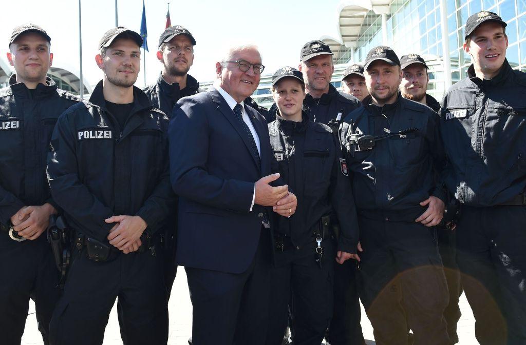 Bundespräsident Steinmeier mit den Einsatzkräften Foto: AFP