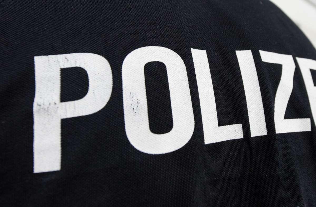 Einsatzkräfte in Herrenberg mussten in Deckung gehen: Eine 32-Jährige warf eine Mikrowelle und einen Tontopf nach ihnen. Foto: dpa/Patrick Seeger