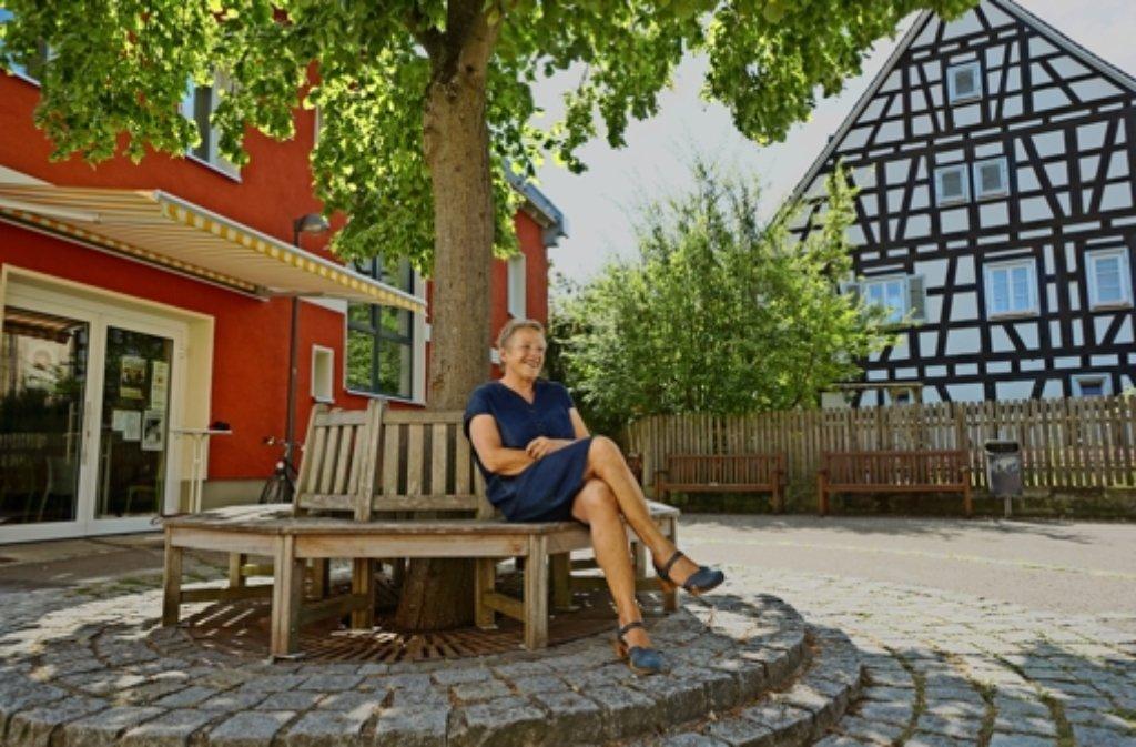"""Das Bürgerhaus (l.)  ist  ein """"Schmuckstück"""", findet Christiane Hug-von Lieven, die Vorsitzende des Gemeindevereins. Foto: Ulrike Otto Foto:"""