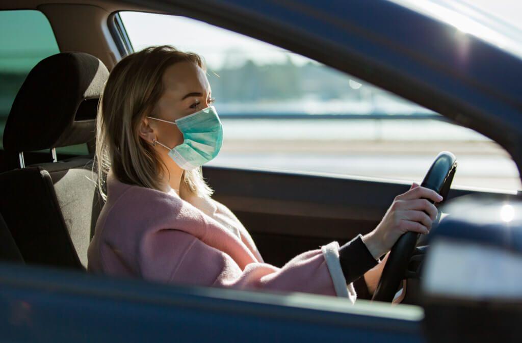 Prinzipiell dürfen sich Autofahrer nicht verhüllen. Das Tragen eines Mundschutzes im Auto ist allerdings gestattet, wenn der Fahrer erkennbar bleibt. Foto: Aleksandra Suzi / Shutterstock.com