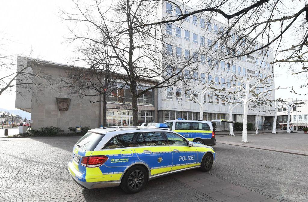 Die Polizei hatte am 3. März das Rathaus in Gaggenau geräumt und durchsucht. Ein Sprengsatz wurde nicht gefunden. (Archivfoto) Foto: dpa