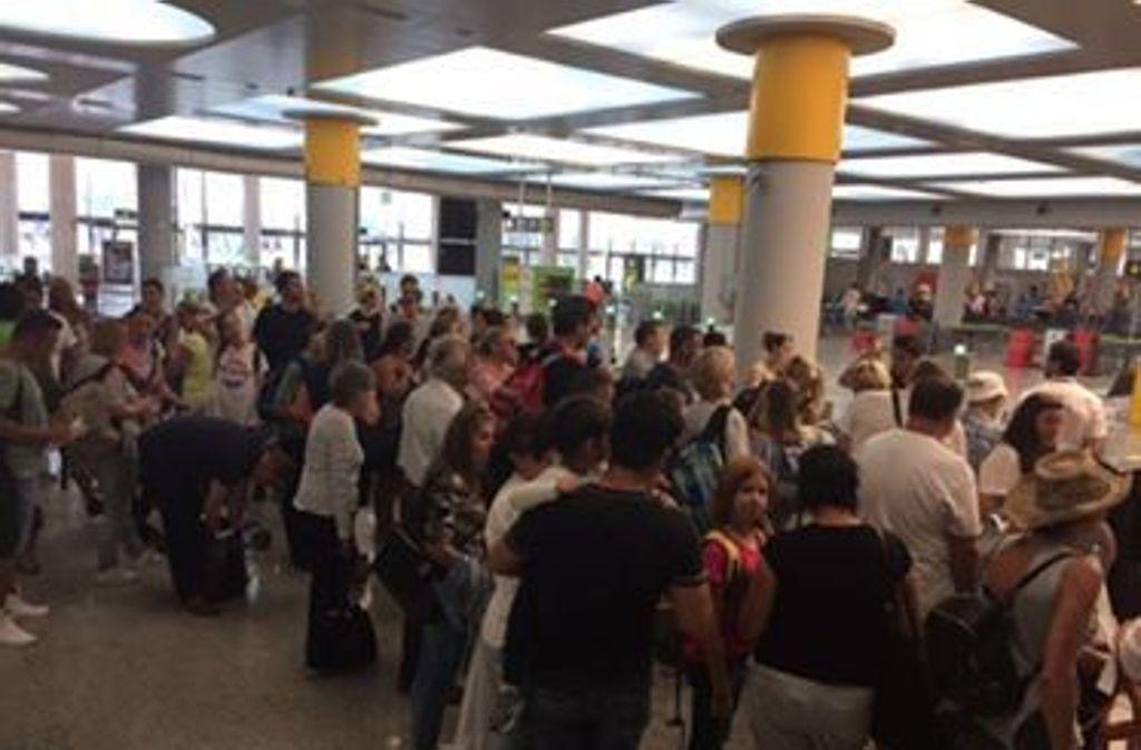 Die Passagiere am Flughafen in Palma konnten es kaum mehr abwarten, die Heimreise nach Stuttgart anzutreten. Foto: privat