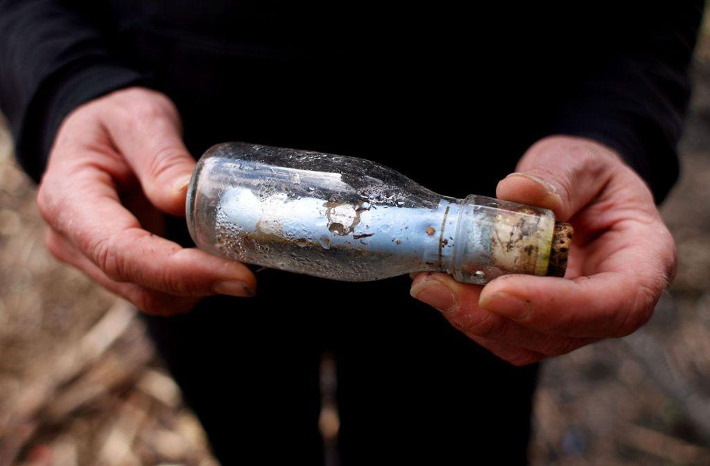 """So oder so ähnlich wird """"G.Dubois"""" die Flaschenpost entdeckt haben Foto: dpa/Oliver Berg"""