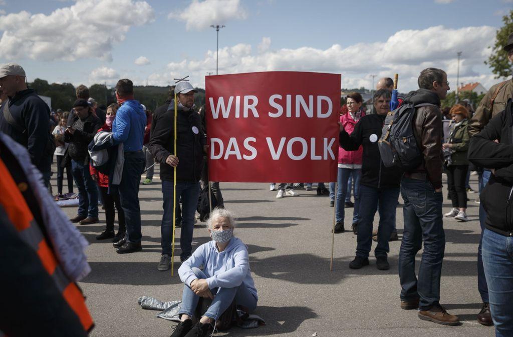 """Auf einem roten Banner war die Parole """"Wir sind das Volk"""" zu lesen. Foto: Lichtgut/Julian Rettig"""