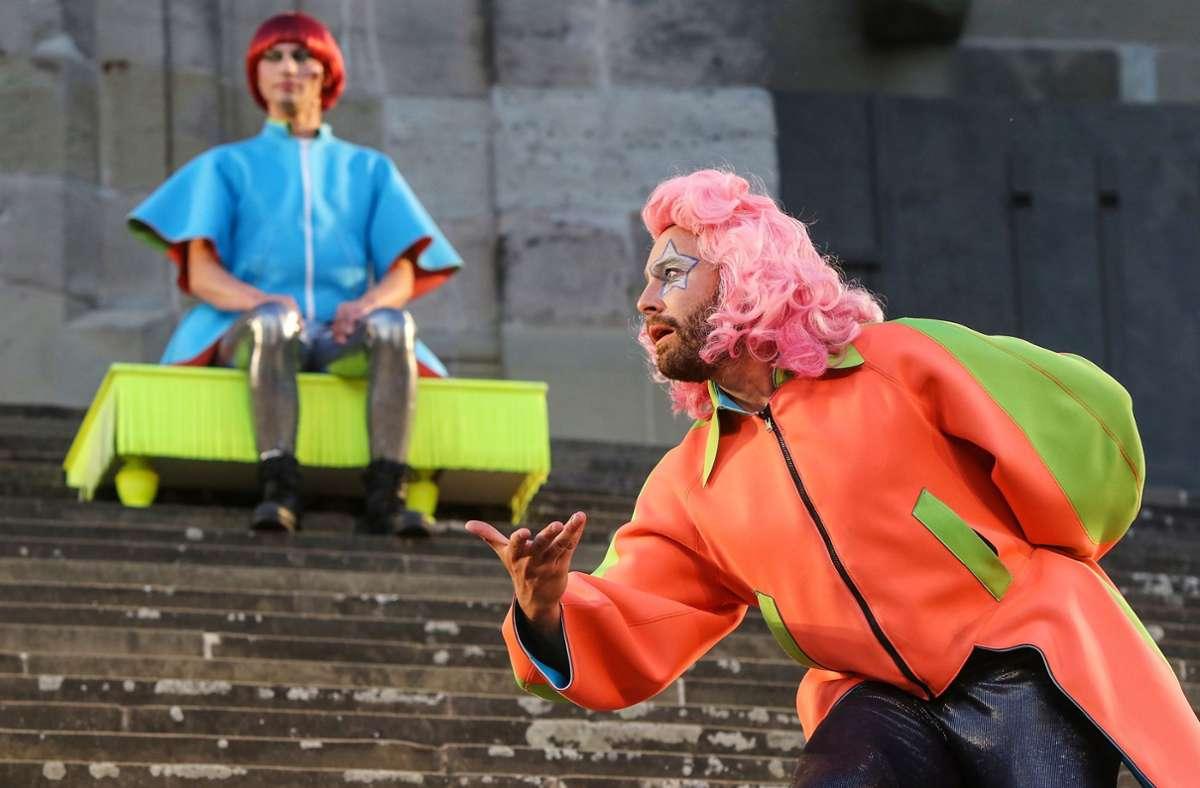 """Natanaël Lienhard (links, als Harlekin) und Patrick Nellessen (als Dorante) sind verwickelt ins """"Spiel von Liebe und Zufall""""  bei den Freilichtspielen Schwäbisch Hall. Foto: Freilichtspiele Schwäbisch Hall/Ufuk Arslan"""