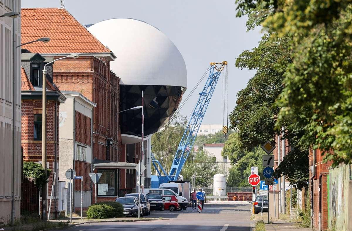 """In Leipzig ist ein Ufo gelandet: die """"Niemeyer Sphere"""" auf dem Geländes des traditionsreichen Kranbauers Kirow. Foto: dpa/Jan Woitas"""
