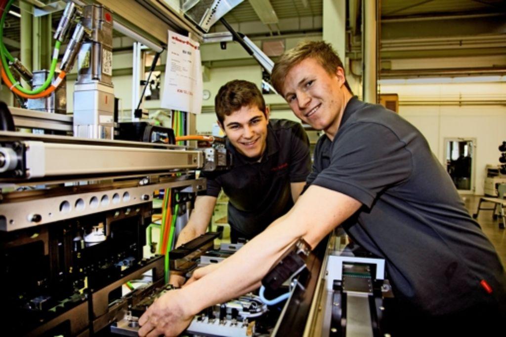 Die beiden Azubis  Daniel Mattheis (links) und Alexander Zauner fühlen sich wohl bei der Firma Eberhard. Nicht nur, weil der Chef  im vergangenen Jahr eine  Reise für den gesamten Firmennachwuchs springen ließ. Foto: Ines Rudel