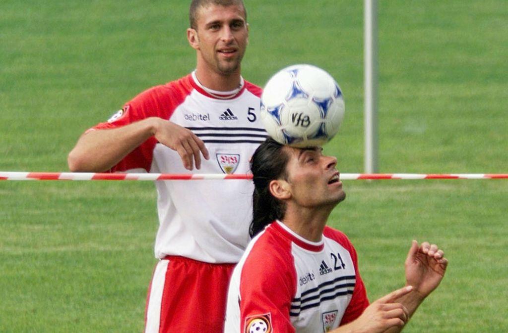 Das waren noch Zeiten beim VfB Stuttgart: Martin Spanring zeigt, was er mit dem Ball so alles kann. Marcelo Bordon schaut zu. Foto: Baumann