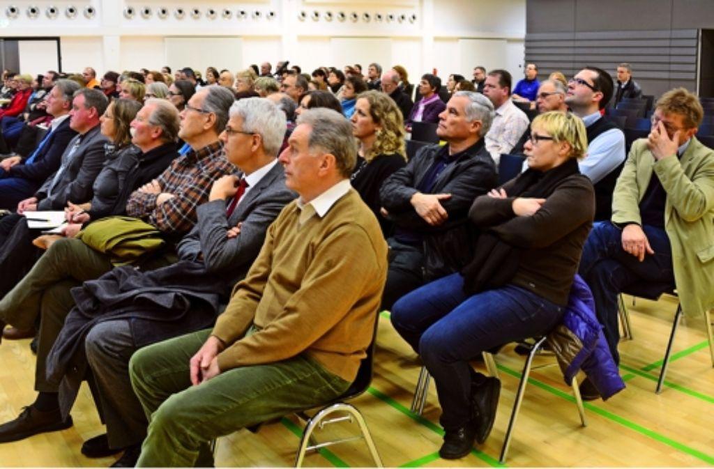Zahlreiche Bürger und Mandatsträger haben sich am Montag über die Möglichkeiten der Schulentwicklung in Leinfelden-Echterdingen informiert. Foto: Norbert J. Leven