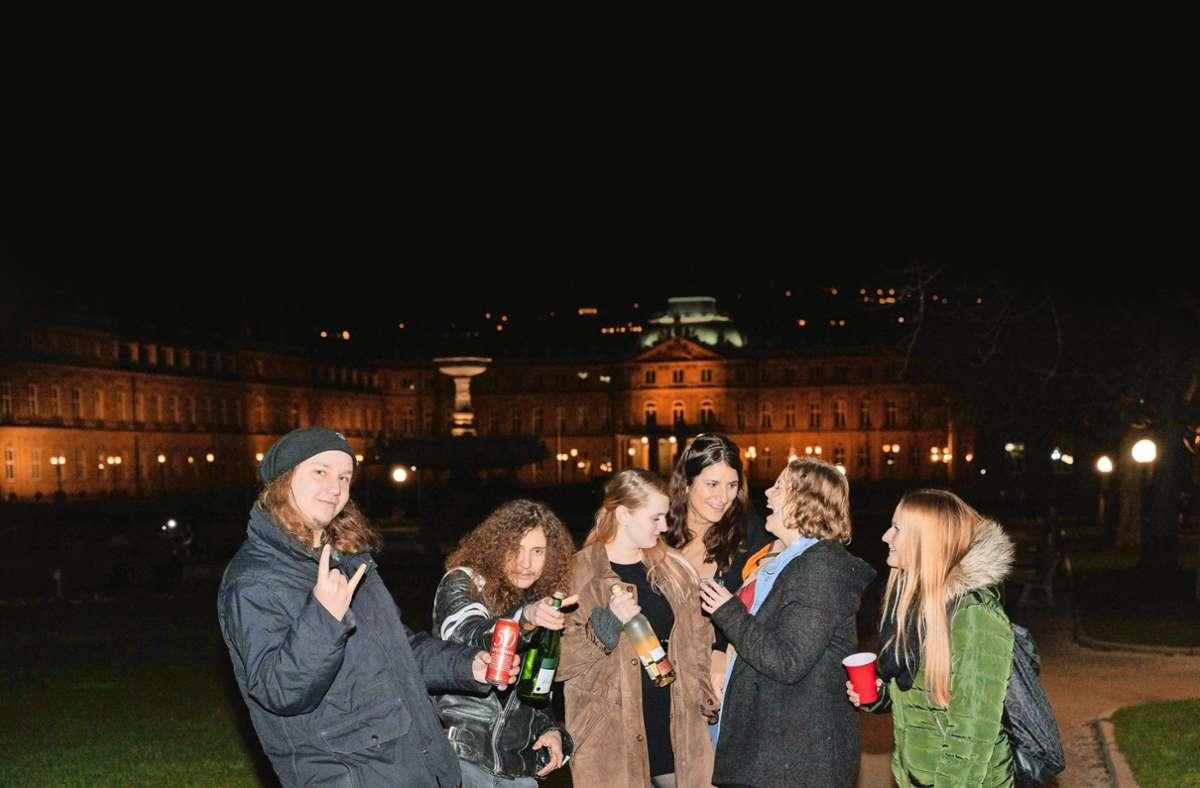 Feiern in der Öffentlichkeit: Solche Szenen  wie hier am Stuttgarter Schlossplatz sind  unvorstellbar geworden. Foto: Julia Schramm