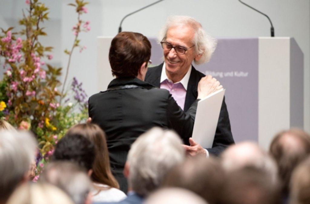Der bulgarisch-amerikanische Objektkünstler Christo (r) umarmt nach seiner Auszeichnung mit dem Theodor-Heuss-Preis 2014 die ehemalige Bundestagspräsidentin Rita Süssmuth.  Foto: dpa