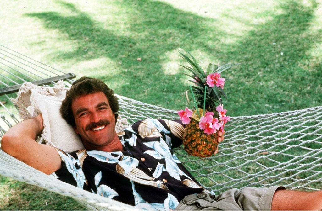 Tom Selleck alias Privatdetektiv Magnum wusste schon in den Achtzigerjahren, wie man bei der Arbeit Urlaubsfeeling ausstrahlt: Hawaiihemden waren seine Uniform. Die sind diesen Sommer wieder angesagt. Foto: picture-alliance / dpa/gms