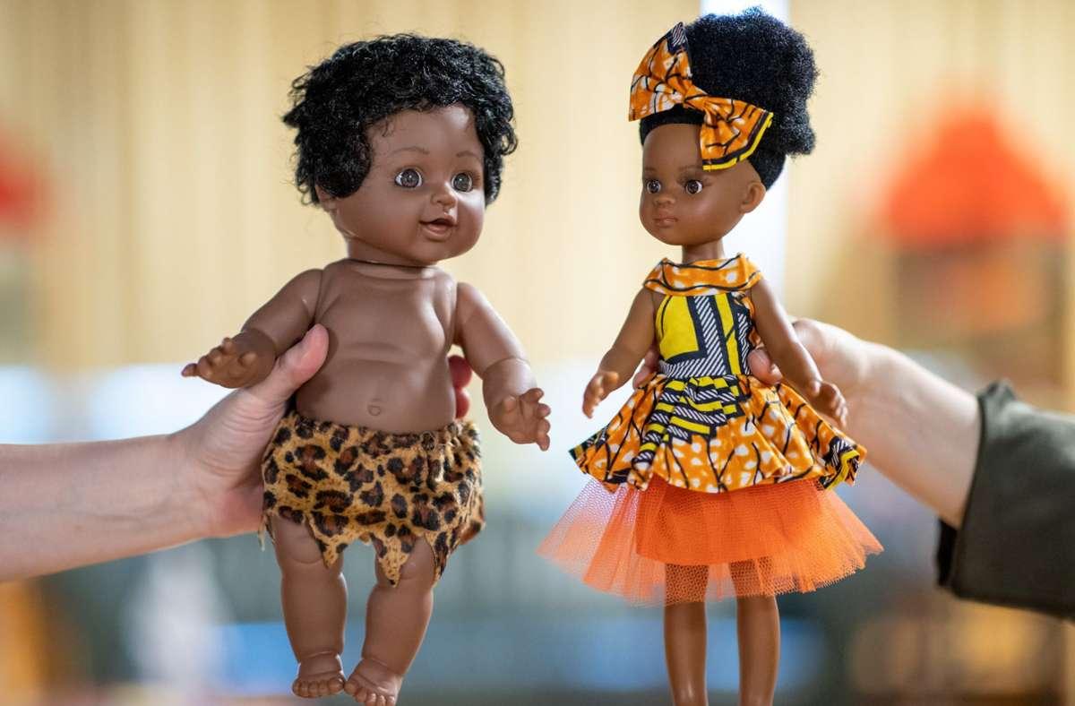 Dunkelhäutig, aber Gesichtszüge einer hellhäutigen Person. Diese Puppen aus dem Spielzeugmuseum in Nürnberg sorgen für Diskussionen. Foto: dpa/Daniel Karmann