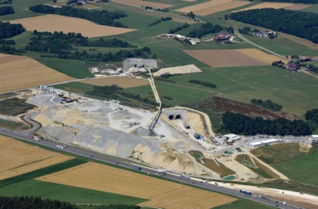 Die Baugrube Pfäffenäcker und das Portal Hohenstadt Foto: Arnim Kilgus