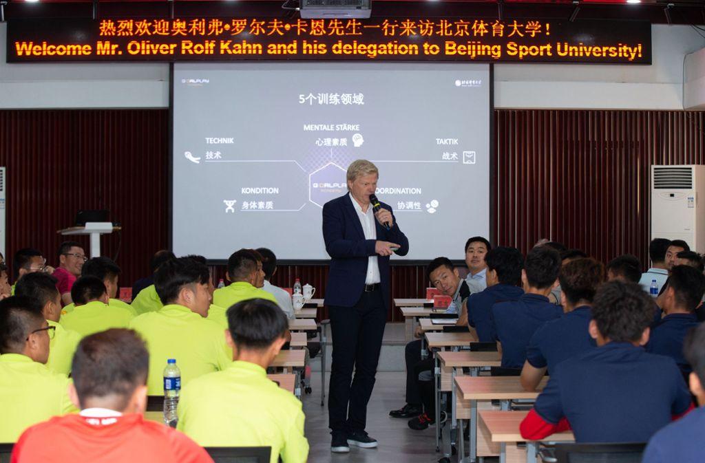 Oliver Kahn spricht vor Studenten in Peking. Foto: dpa