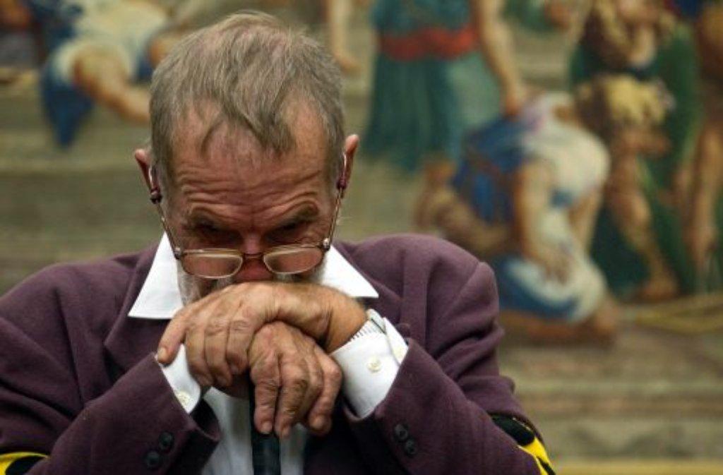 Der Preisträger des Georg-Elser-Preises 2011, Dietrich Wagner, hört vor der Preisverleihung in München einem Besucher zu. Foto: dapd