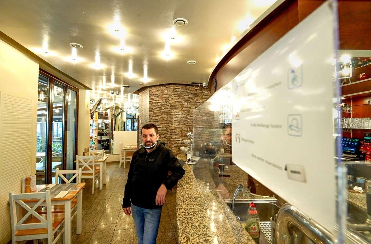 Diamantis Christos hält den Betrieb der Greek Cuisine Taverna aufrecht. Foto: Lichtgut/LeifPiechowski
