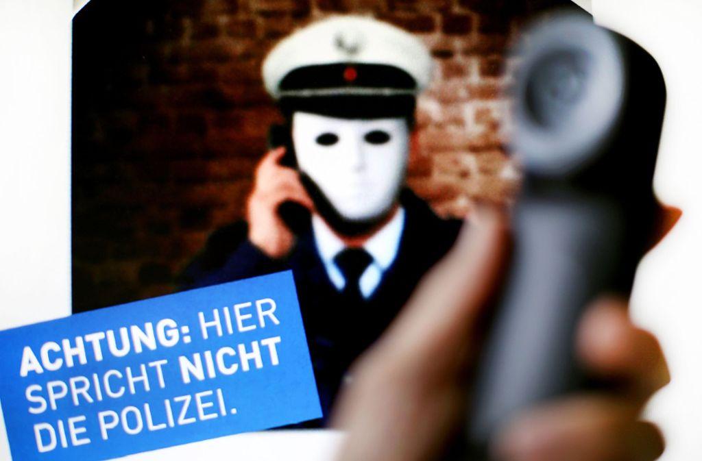 Mit diesem Plakat macht Polizei in Nordrhein-Westfalen auf Trickbetrüger aufmerksam, die sich am Telefon als Polizisten ausgeben. Foto: dpa