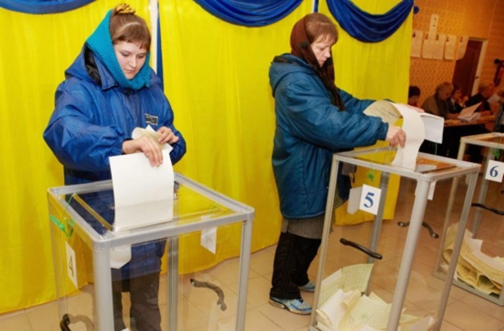 Wählerinnen in Charkow: Gläserne Urnen als Ausweis angeblicher Transparenz. Foto: EPA