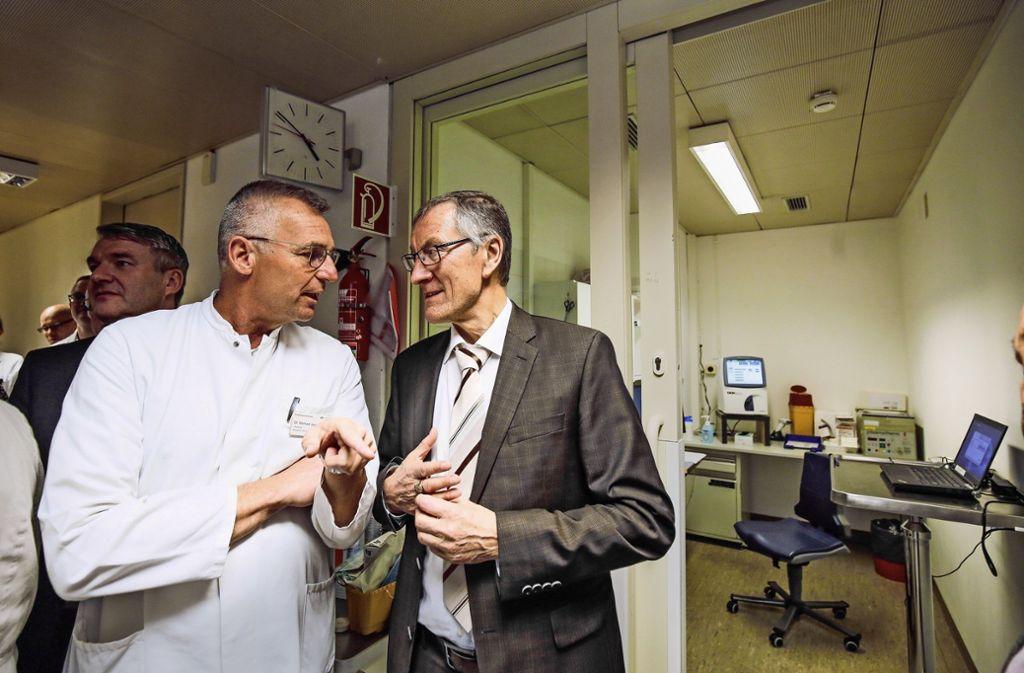 Der Landrat Roland Bernhard  (rechts) verschaffte   sich  beim Herrenberger Chefarzt Michael Jugenheimer einen Eindruck über den   Sanierungsbedarf. Foto: factum/Granville