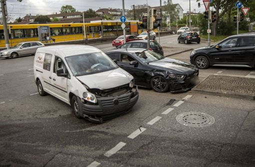 22-jähriger Mercedes-Fahrer kracht in Gegenverkehr