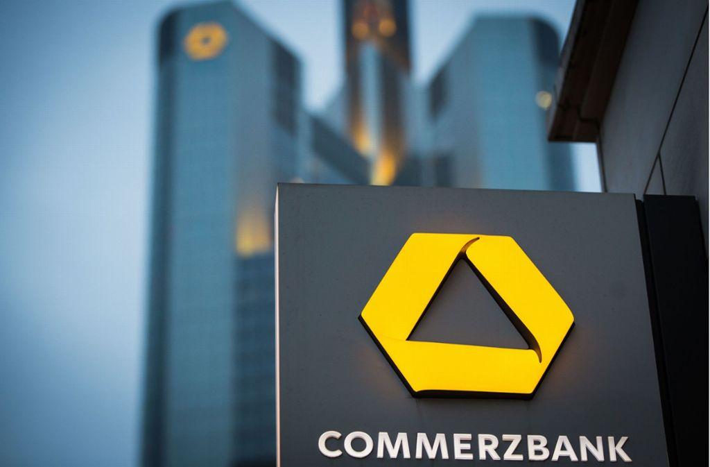 Bei der Commerzbank sollen Stellen gestrichen und Filialen geschlossen werden. Foto: dpa/Frank Rumpenhorst