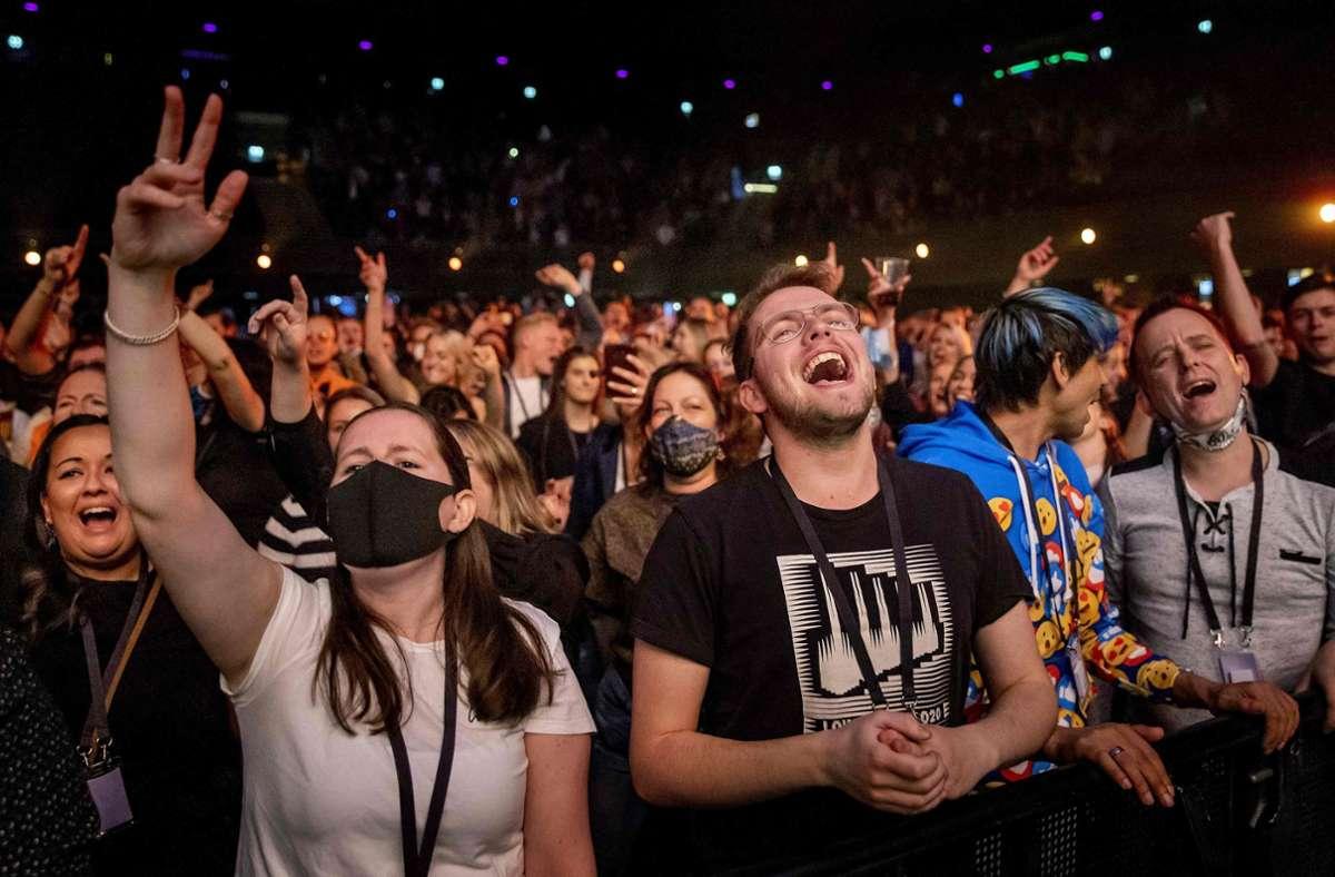 Dicht an dicht gedrängte Menschen bei einem Konzert. Die Bilder aus Amsterdam wirken wie aus einer anderen Zeit. Foto: AFP/KOEN VAN WEEL