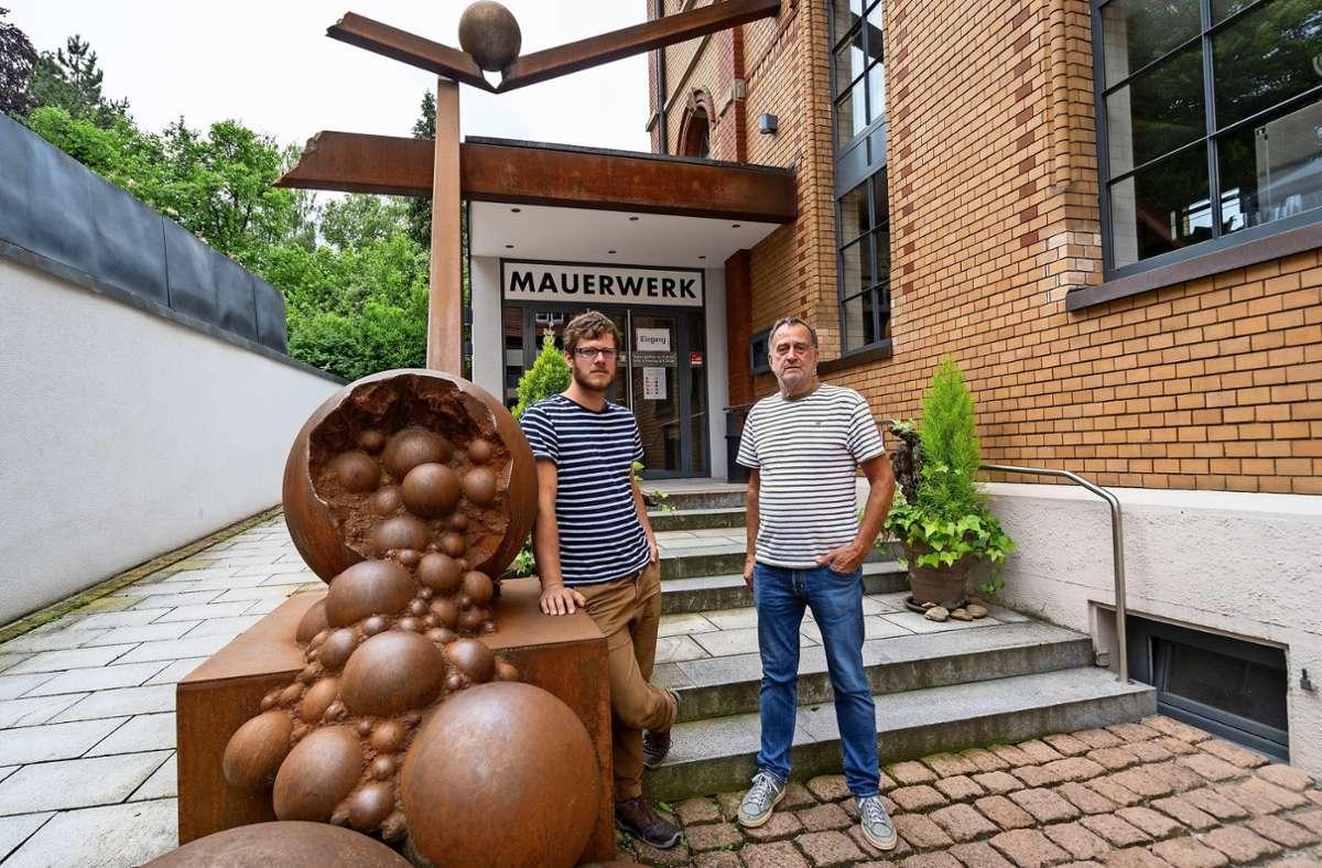 Johannes Storost und Heinz Stoll (von links) kämpfen um ihr Lebenswerk, das Kulturcafé Mauerwerk. Foto: factum/Jürgen Bach