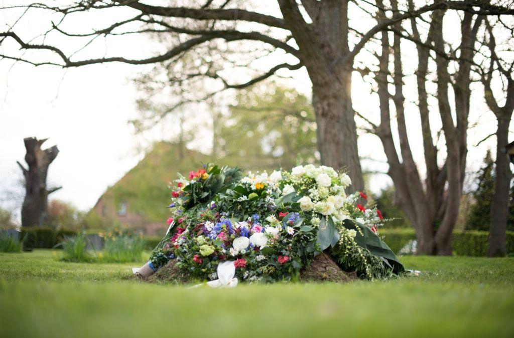 """Zwar herrscht in Deutschland die sogenannte """"Friedhofspflicht"""", doch nicht jeder möchte nach seinem Tod unter der Erde liegen – vor allem wenn die Alternativen so verrückt sind. Foto: dpa"""