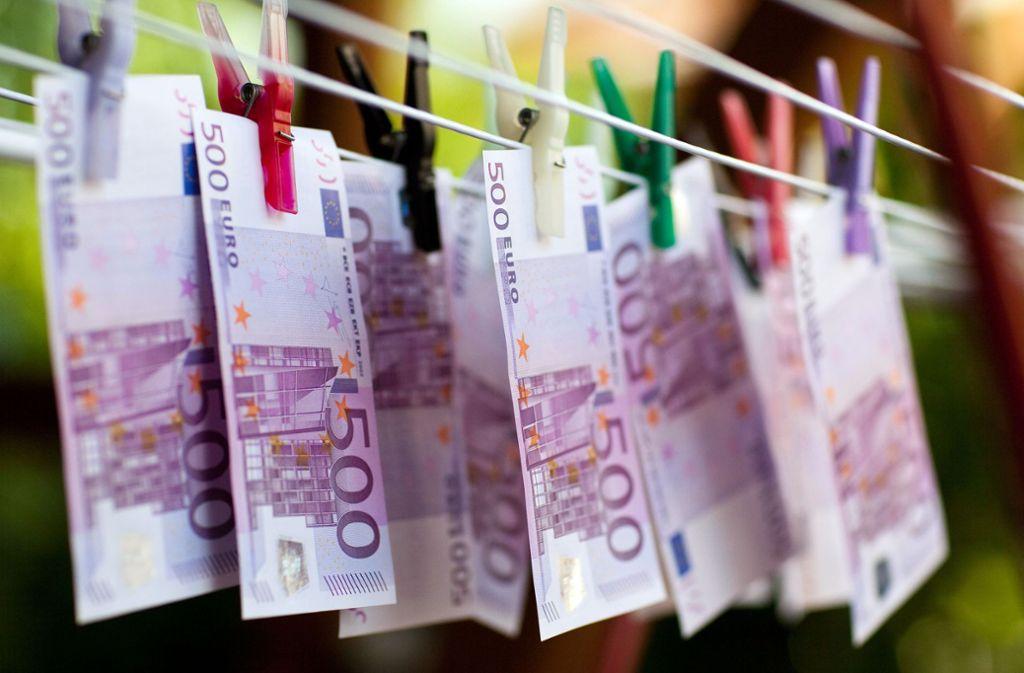 Vor dem Stuttgarter Landgericht müssen sich vier Angeklagte wegen gewerbs- und bandenmäßiger Geldwäsche verantworten. Foto: dpa