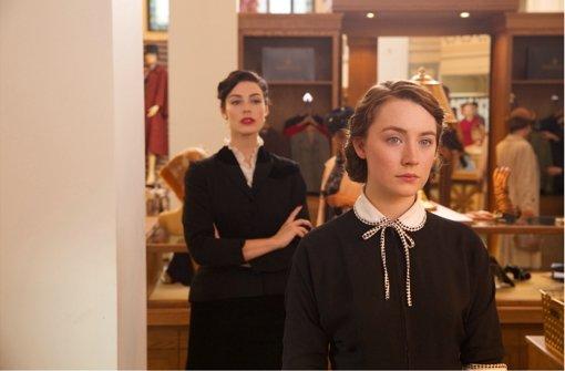 Die junge Irin Eilis (Saoirse Ronan, vorn) sucht in den fünfziger Jahren in den USA ihr Glück, ist also eine Wirtschaftsmigrantin. Foto: Fox Deutschland