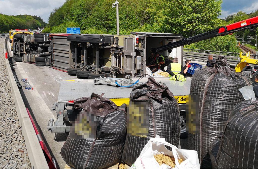 Auf der A8 bei Stuttgart ist am Freitagmorgen ein Lkw umgekippt, der Kartoffeln geladen hatte. Foto: Andreas Rosar Fotoagentur Stuttgart