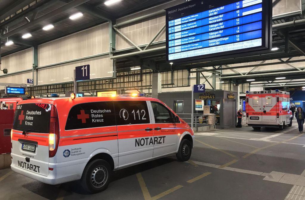Mittwochabend rückt die Polizei und Rettungsdienst wegen einer Messerstecherei zum Hauptbahnhof aus. Foto: 7aktuell.de/Sven Adomat