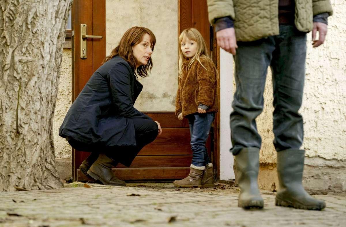 Doreen Brasch spricht mit der Tochter der Ermordeten. Foto: MDR/Stefan Erha